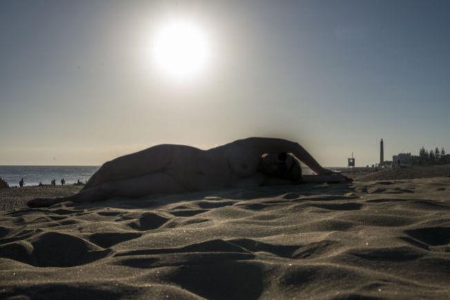 <p>ZONA NUDISTA: I Maspalomas-området på sydsiden av Gran Canaria slanger Eva seg i sanden. Foto: MONA LANGSET</p>