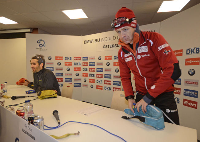 <p>KONKURRENTER OG KOMPISER: Ole Einar Bjørndalen (t.h.) og Martin Fourcade etter en pressekonferanse under verdenscupåpningen i Östersund i desember.</p>