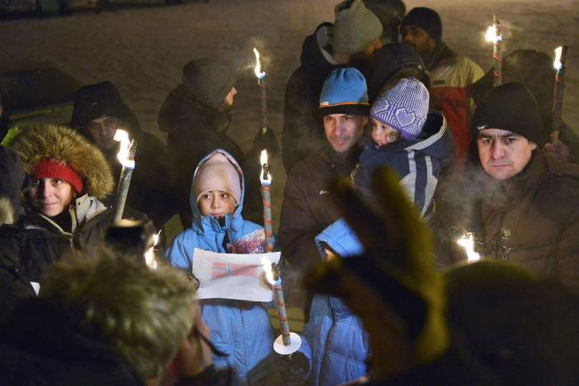<p>SKULLE UT: Syriske Samer og hans tre barn har denne uken oppholdt seg i Kirkenes i påvente av uttransport til Russland. Nå har advokaten fått gjennomslag for at UNE skal vurdere saken deres på nytt.</p>