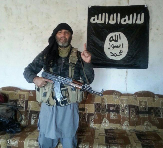 <p>DREPT: Her poserer Omar Cheblal (49) med automatvåpen foran flagget til Islamsk Stat (IS) et sted i Irak, ifølge «Profetens Ummah».</p>