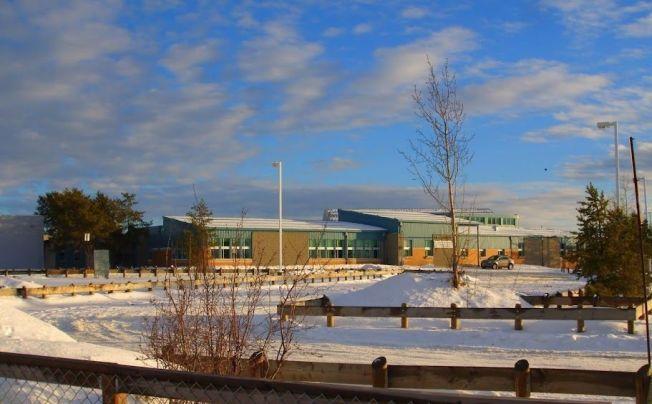 <p>SMÅBY: Dene High School som er en del av La Loche Community School og ligger i provinsen Saskatchewan. Skolen har elever fra 7-12 klasse. De fleste elevene ved skolen er tospråklige og snakker både engelsk og indianerspråket Denesuline.</p>
