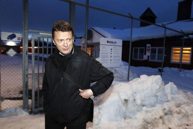 <p/> <p>KRITISK: Brynjulf Risnes utenfor Trandum utlendingsinternat i 2011 da han representerte asylsøkeren Maria Amelie.</p>