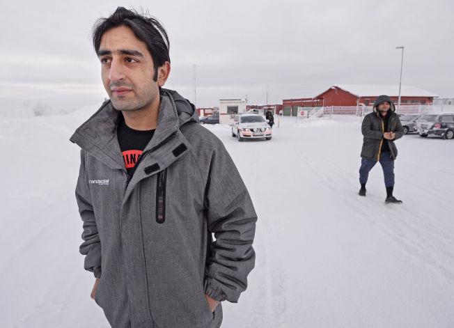 <p>FÅR GÅ FRITT: Ali Faisal (25) fra Pakistan møtte VG utenfor Vestleiren ved Kirkenes etter å ha blitt løslatt søndag morgen.</p>