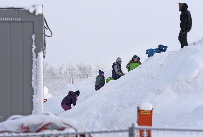 <p>LEK I SNØEN: Barn fra de syriske familiene akte på akebrett og lekte i de store snøhaugene utenfor leiren søndag morgen.</p>