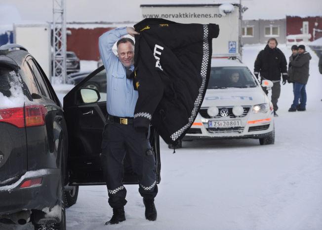 <p>KALDT: Tor Espen Haga fra Politiets utlendingsenhet (PU) er prosjektleder for de nå stoppede uttransporteringene tilbake til Russland over Storskog. I bakgrunnen to pakistanske asylsøkere. Bildet er tatt søndag.</p>