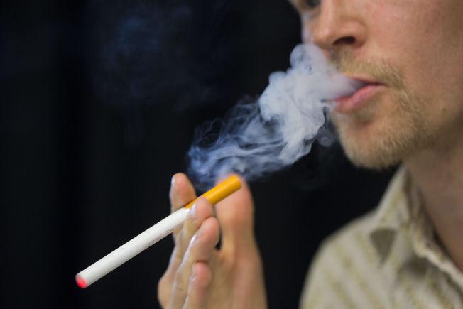 <p>CIGALIKES: De tradisjonelle e-sigarettene, såkalte cigalikes, blir de eneste som blir tillatt om regjeringens forslag blir vedtatt. Disse ser ut som tradisjonelle sigaretter og inneholder maksimalt 20 mg nikotin. De er dårlig likt blant storforbrukere av annet utstyr- utstyr som inneholder store mengder nikotin og har større batterikapasitet.</p>
