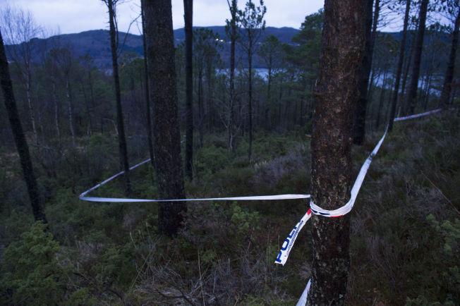 <p>SPERRET AV: Søndag ble levningene etter en død person funnet i dette skogholtet i Åsane. Politiet har sperret av området.<br/></p>
