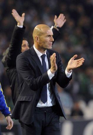 <p>FØRSTE BORTEKAMP: Zinedine Zidane i aksjon langs sidelinjen.<br/></p>