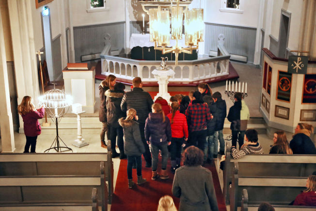 <p>MINNESTUND: Søndag holdt Skage kirke åpent for alle som ønsket å minne Wenche Aleksandra.</p>