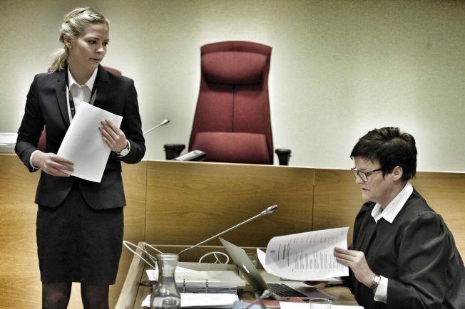 <p>UENIGE: Allerede under politiets innledningsforedrag ble det diskusjon mellom forsvarer Mette Yvonne Larsen og aktor Camilla Ek Sørensen da politiet ønsket å redegjøre for forhold som ikke er en del av tiltalen. Sørensen valgte å droppe punktet etter innsigelsene fra forsvarer.</p>