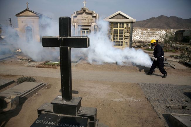 <p>GASSER KIRKEGÅRDEN: For å få kontroll over utbruddet av zikaviruset, har myndighetene i Peru begynt å sprøyte kirkegårder - som her i Lima - for å ta knekken på smittefarlig mygg.<br/></p>