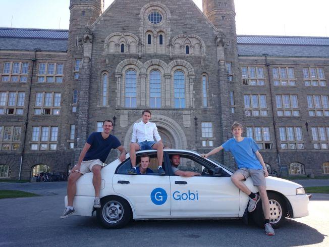 <p>FLYTTEKLARE: Morten Stulen (21), Kristoffer Lande (på taket, 21), Andreas Øgaard (22), Lars Erik Fagernæs (21) og Kristian Rekstad (20) skal kjøpe en ny Gobi-bil når de ankommer USA. – Bilen har blitt langt mer kjent enn oss, erkjenner Lande.</p>