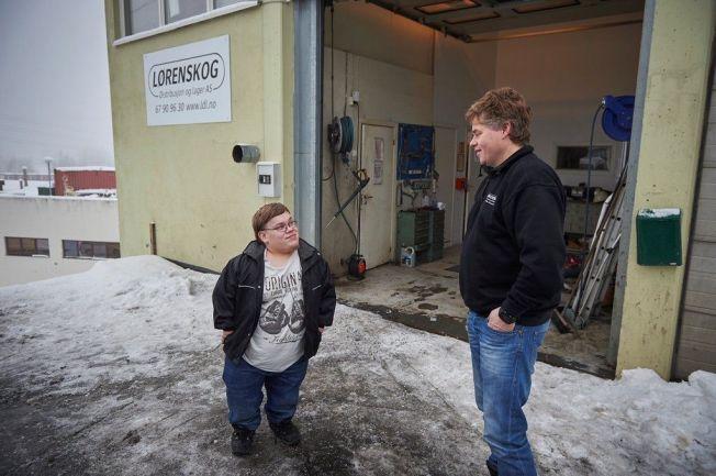 <p>FIKK NAPP: Den aspirerende lastebilsjåføren Jørgen Svane og kjøreleder Martin Sakshaug fant åpenbart tonen under jobbintervjuet mandag. Møtet resulterte i et jobbtilbud.</p>