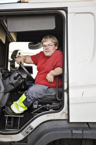 <p>PEDALSETT: Trønder-Avisa var med Jørgen Svane på jobb i 2014. Her ser vi det ekstra pedalsettet som trengs for at han skal kjøre lastebil.</p>