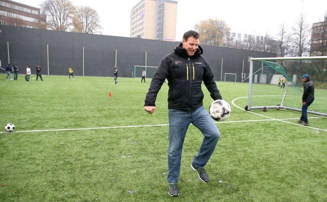 <p>BALLKONTROLL: Idrettspresident Tom Tvedt spilte både fotball, squash, håndball og drev med turn i oppveksten. Senere ble han elitespiller og landslagsspiller i håndball.</p>
