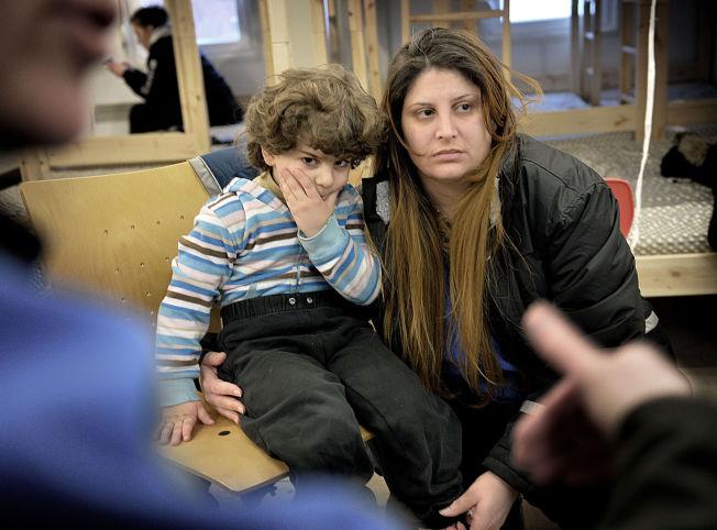<p>I HVERT SITT LAND: Ghada Abou Hamra (31) og sønnen Roy (3) snakker med Eyad, som sitter i St. Petersburg, på internett så ofte de kan.</p>