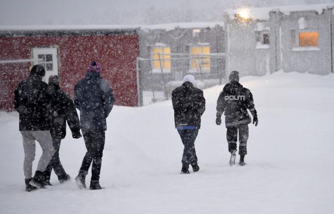 <p>VEDTAK: Politiets utlendingsenhet hentet ut flyktninger fra brakkene for å forkynne vedtak for dem: Får de bli eller må de dra?<br/></p>