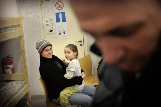 <p>OPPHOLD: Syriske Hiba Andar (34), datteren Sina (6) og mannen Majed (44) (i høyre hjørne) har oppholdstillatelse i Russland, men sier de ikke føler seg russiske og at de håper på å kunne bli i Norge.<br/></p>