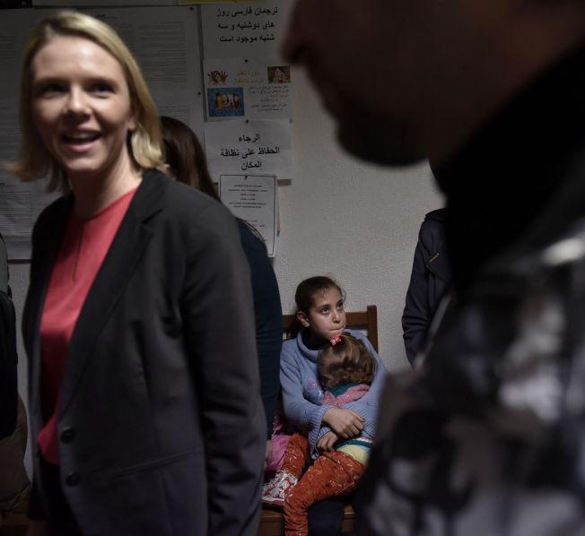 <p>UENIG MED FN: Sylvi Listhaug mener Norge holder seg innenfor folkeretten. Her fra da hun møtte syriske flyktninger i Izmir i Tyrkia, i forrige uke.</p>