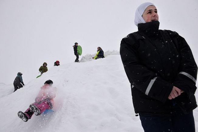 <p>VENTELEK: Barna på mottaket i Kirkenes lekte tirsdag i i det forrykende snøværet, under oppsyn av syriske Tamara Bourai (45).</p>