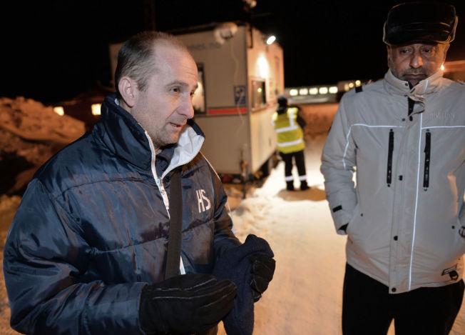 <p>LOGISK: Den enslige asylsøkeren Yoksal (43) (t.v.) fra Syria synes det er logisk at dansk politi vil beslaglegge asylsøkernes verdisaker. Her står han sammen med en annen flyktning utenfor Vestleiren, ankomstmottaket ved Kirkenes.</p>