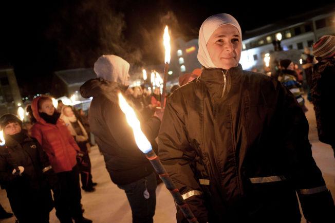 <p>STØTTEMARKERING: over 150 mennesker hadde møtt opp på Kirkenes torg onsdag kveld. Syriske Tamara Bourai (45) takker for støtten.</p>