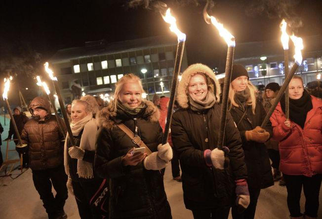 <p>FAKLER: Hannah Øksendal (24) (t.v.), Vårin Huser (22) og Signe Egeland Sanda (24) studerer ved Ås, og kom tilfeldigvis over seremonien i Kirkenes.<br/></p>