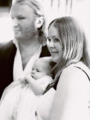 <p/> <p>FAMILIEKJÆRLIGHET: I dåpen til deres tredje barn Regina i 2011 var Habbi og Gudrun i lykkeboblen.</p>