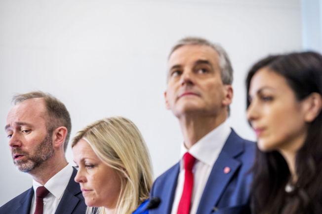 <p>KURSSKIFTE? Ap-ledelsen fikk kritikk for ha lagt Ap for nært Frp på Aps gruppemøte forrige uke. Her er leder Jonas Gahr Støre partileder, nestlederne : Hadia Tajik (t.h.) og Trond Giske (t.v.) og partisekretær Kjersti Stenseng etter landsmøtet i fjor.</p>