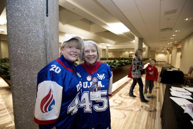 <p>STØTTER CRUZ: Sherry Cheri Galvan og moren Barbara Parker.</p>