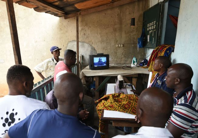 <p>FØLGES TETT: På denne restauranten i Abidjan i Elfenbenskysten fulgte folk direktesendingen på åpningsdagen av rettssaken mot landets tidligere president.<br/></p>