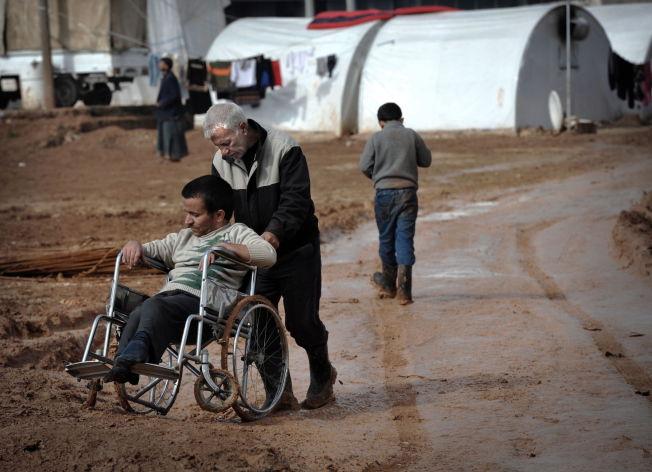 <p>FLYKTET: Bildet viser noen av de nær 11.000 internt fordrevne syrererne som i 2013 hadde samlet seg i den provisoriske Bab-Salamah leiren i Syria, rett ved grensen til Tyrkia.</p>