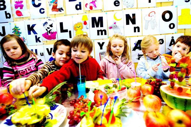 <p>SUNNE VALG: Tilgang på masse frukt og grønt er viktig for å hindre at barn blir overvektige. Barna på Lilleborgen barnehage liker frukt f.v: Mathea, Rafael, Jon, Inga, Caroline, Mikkel</p>