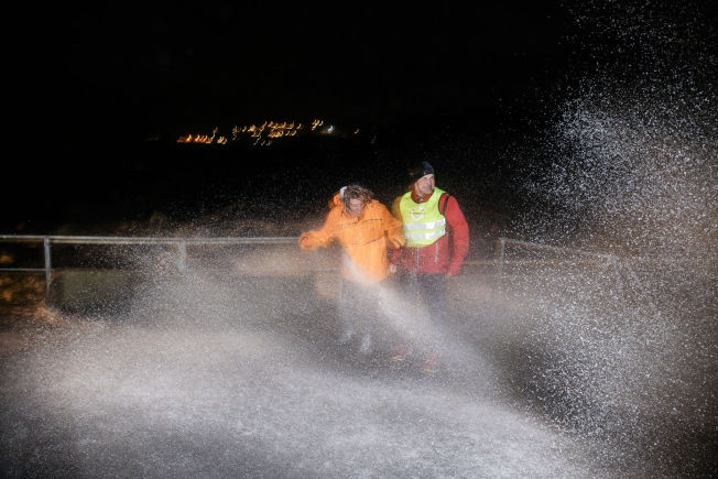 VÅTT: Morten Iversen og Anna Olsson fikk sjøsprøyten over seg på Fanahammeren i Bergen fredag kveld. Foto: HALLGEIR VÅGENES, VG