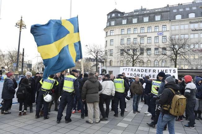 <p>HØYREEKSTREM BEVEGELSE: Initiativet «Folkets Demonstration» skal ha angrepet antirasister på Norrmalmstorg i Stocholm lørdag ettermiddag.</p>