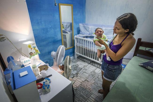 <p>HJERNESKADE: Vesle Juan Pedro har fått myggnetting i sprinkelsengen i Recife, Brasil. Et skarve myggstikk på moren Daniele Ferreira dos Santos (29) da hun gikk gravid, kan ha skadet ham for livet.</p>