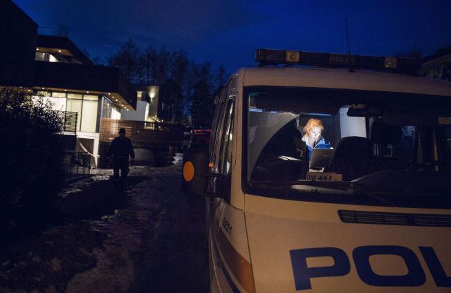 <p/> <p>MISTENKELIG DØDSFALL: Krimteknikere jobbet på åstedet på Snarøya i kveld. Kvinnen de har funnet er trolig utsatt for en ulykke.</p>