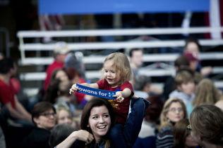 <p>LITEN STØTTESPILLER: Flere hundre store og små var til stede på Iowa State University i går for å høre Hillary Clinton tale.</p>
