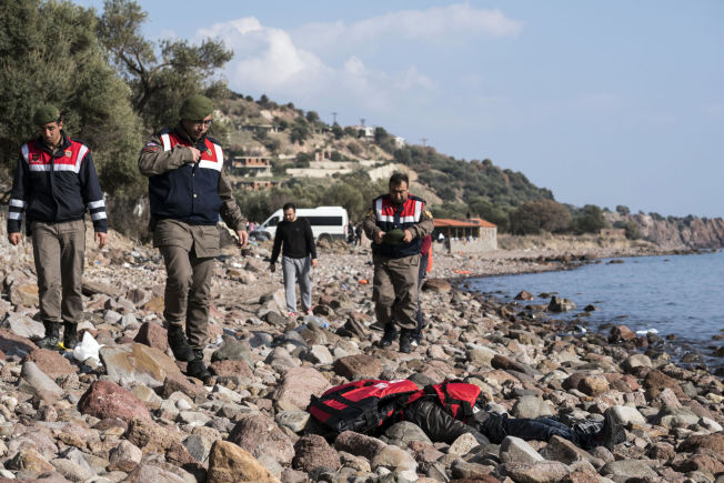 <p>KOM ALDRI TIL HELLAS: En migrant ligger tildekket på stranden i Ayvacik i Tyrkia etter at en farkost medover 100 andre mennesker på flukt sank like etter at de gikk ut fra land.</p>