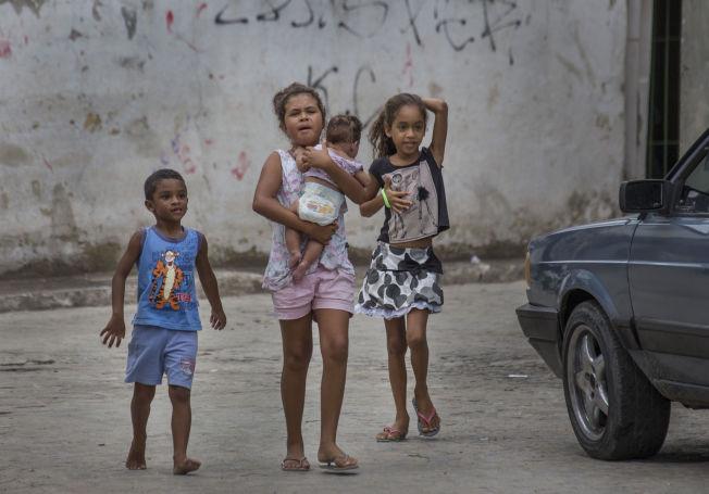 <p>OPPVAKTE: Barna i gatene i Monteiro fulgte nysgjerrig etter soldatene.</p>