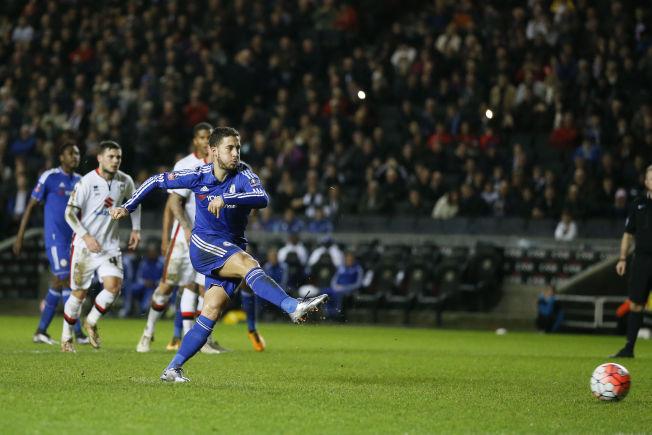 <p>ENDELIG: Chelsea's Eden Hazard scorer på straffe mot MK Dons, og gjør slutt på ni måneders måltørke.</p>