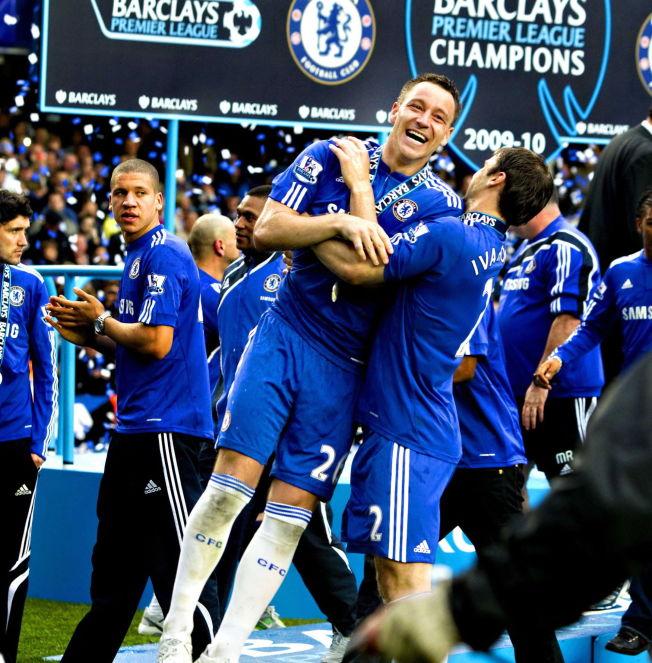 <p>PÅ VEI VEKK: John Terry feirer seriegullet i 2010 på Stamford Bridge, og blir løftet i været av Branislav Ivanovic.</p>