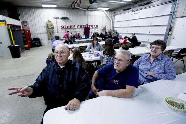<p>SUPPE OG KAKER: F.v: Garry Butz (74), Garry Boddicker (69) og Vikcy Boddicker (68) diskuterer politikk mens de spiser på den årlige pengeinnsamlingen til byens frivillige brannkorps.</p>
