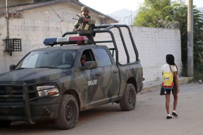 <p>VOLDSHERJET: En jente går forbi et militært kjøretøy i Acapulco, hovedstaden i delstaten Guerrero. Mye tyder på at den verste volden i Mexico nå har forflyttet seg fra de nordligste statene, til mer sentraltliggende deler av landet som Guerrero, Michoacán og Veracruz.</p>