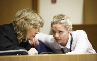 <p>INGEN KOMMENTAR: Bistandsadvokat Siv Hallgren ved Advokatfirmaet Elden vil avvente politiets etterforskning i straffesaken før hun eventuelt kommenterer saken i media. Her er advokaten i samtale med politiadvokat Camilla Ek Sørensen under rettssaken sist uke.</p>