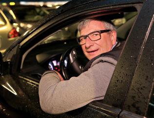 <p>MENINGSLØST: - Jeg må ut med sytti kroner for å kjøre inn til Bergen, sier askøyværingen Arvid Olsen (59).</p>
