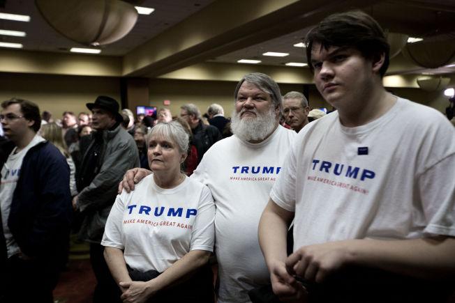 """<p>LABER STEMNING: Smilene var langt unna på Donald Trumps valgvake i West Des Moines. På bildet:<span style=""""line-height: 1.5em;"""">Richard Johnson, kona Mary og sønnen Alex.</span></p>"""