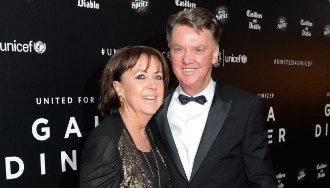 <p>ØKET SIKKERHET: Louis van Gaal tar truslene mot familien på alvor, og har fått øket sikkerhetsnivået rundt seg. Her med kona Truus på United for Unicef gallamiddag i november.</p>