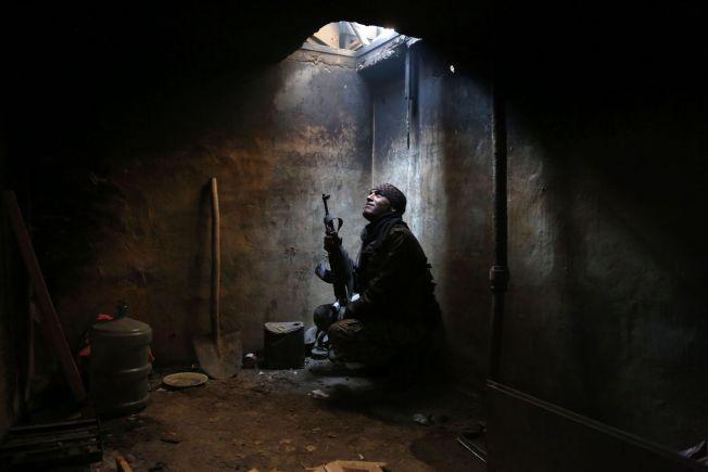 <p/> <p>FEM ÅRS KAMP: En opprørskriger gjemmer seg i Arbeen i utkanten av Damaskus. Bildet er tatt i helgen.</p>