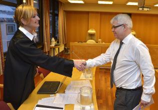 <p>RETTSSAK: Bistandsadvokat Tone Norderval og forsvarer Thomas Randby håndhilser før saken starter tirsdag.</p>